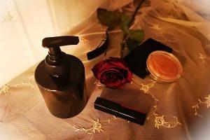 Musta pumppu Black Lotion Pump on Black Bottle